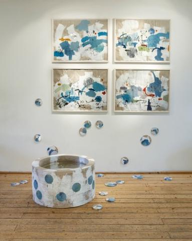 Jungbrunnen – dem leise redenden entgegenschweigend | 2010, Installationsansicht, Zeichnungen und skulpturale Formen im Raum