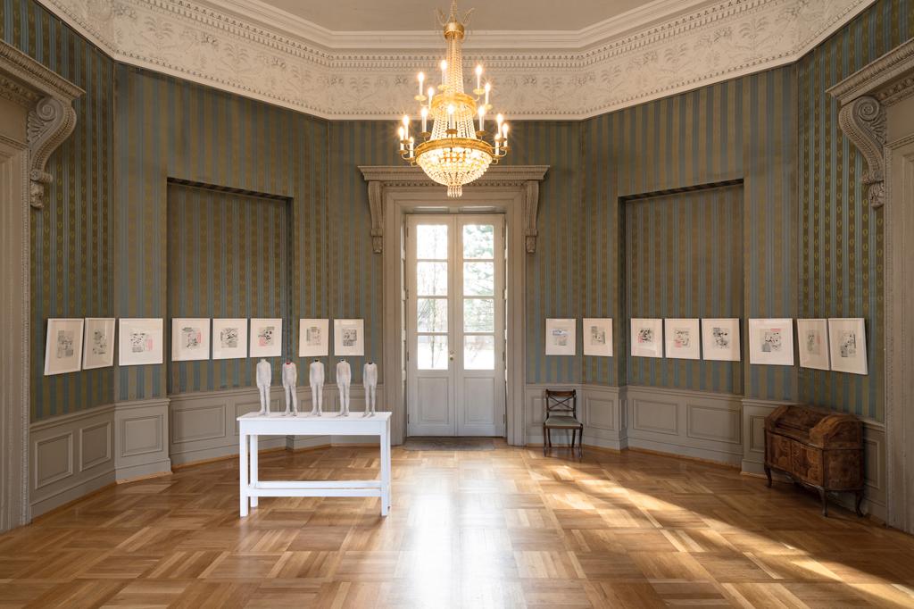Raumanzüge für innere Werte 2018, Raumansicht, Galerie im Schlosspavillon Ismaning skulpturale Objekte aus Seidenpapier und 16 gerahmte Zeichnungen